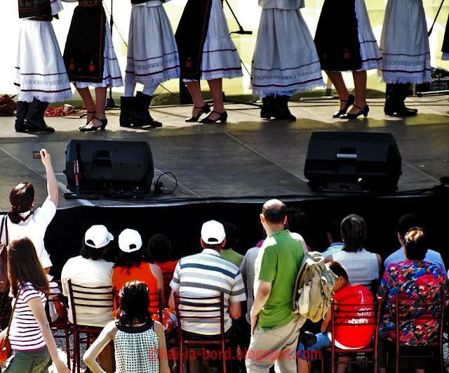 dansatori si public mogosoaia 1 mai 2012
