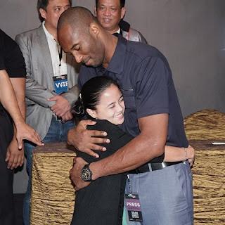 Kobe Bryant Poses With Filipino Fan