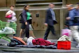 Vagabundo durmiendo en la calle