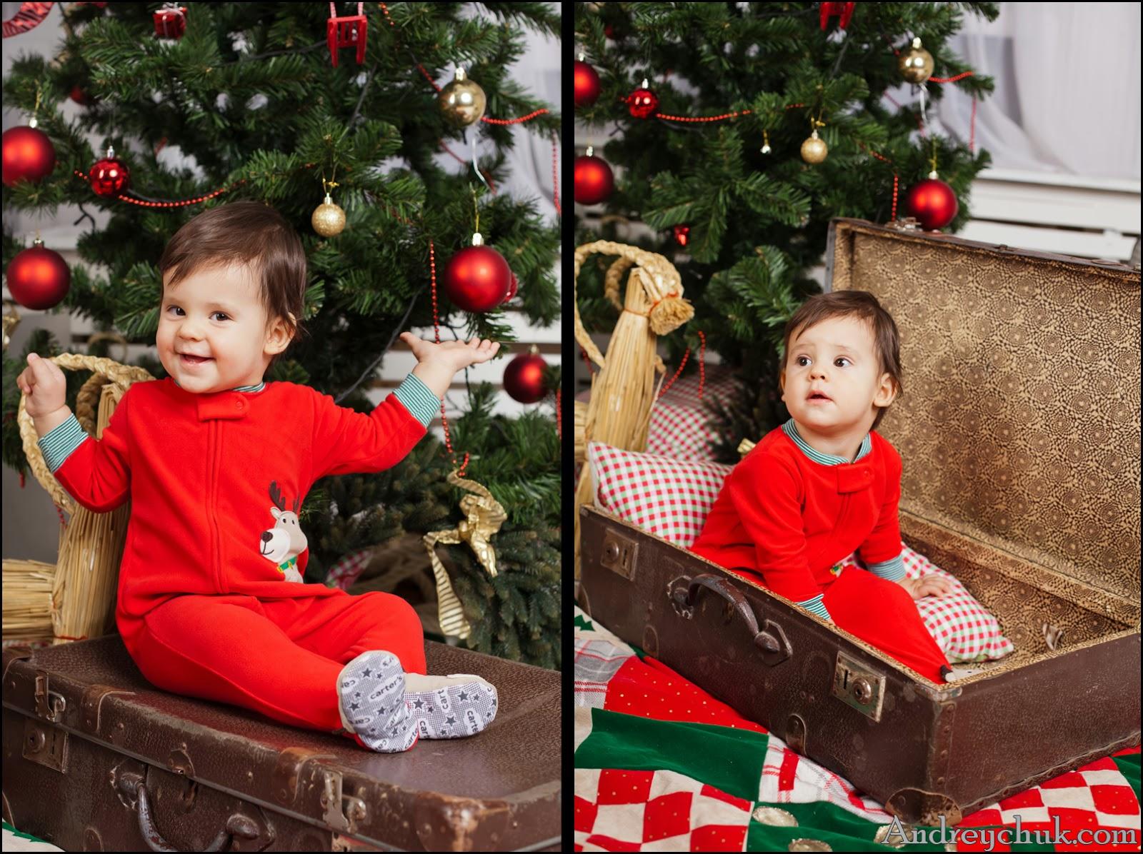 улыбающийся малыш у елки