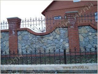 Каменный забор с кирпичными столбами и ковкой. Фото 14