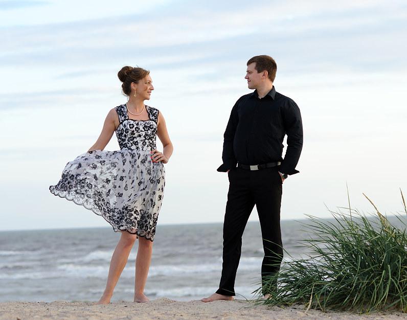 romantiška vestuvių fotosesija prie jūros