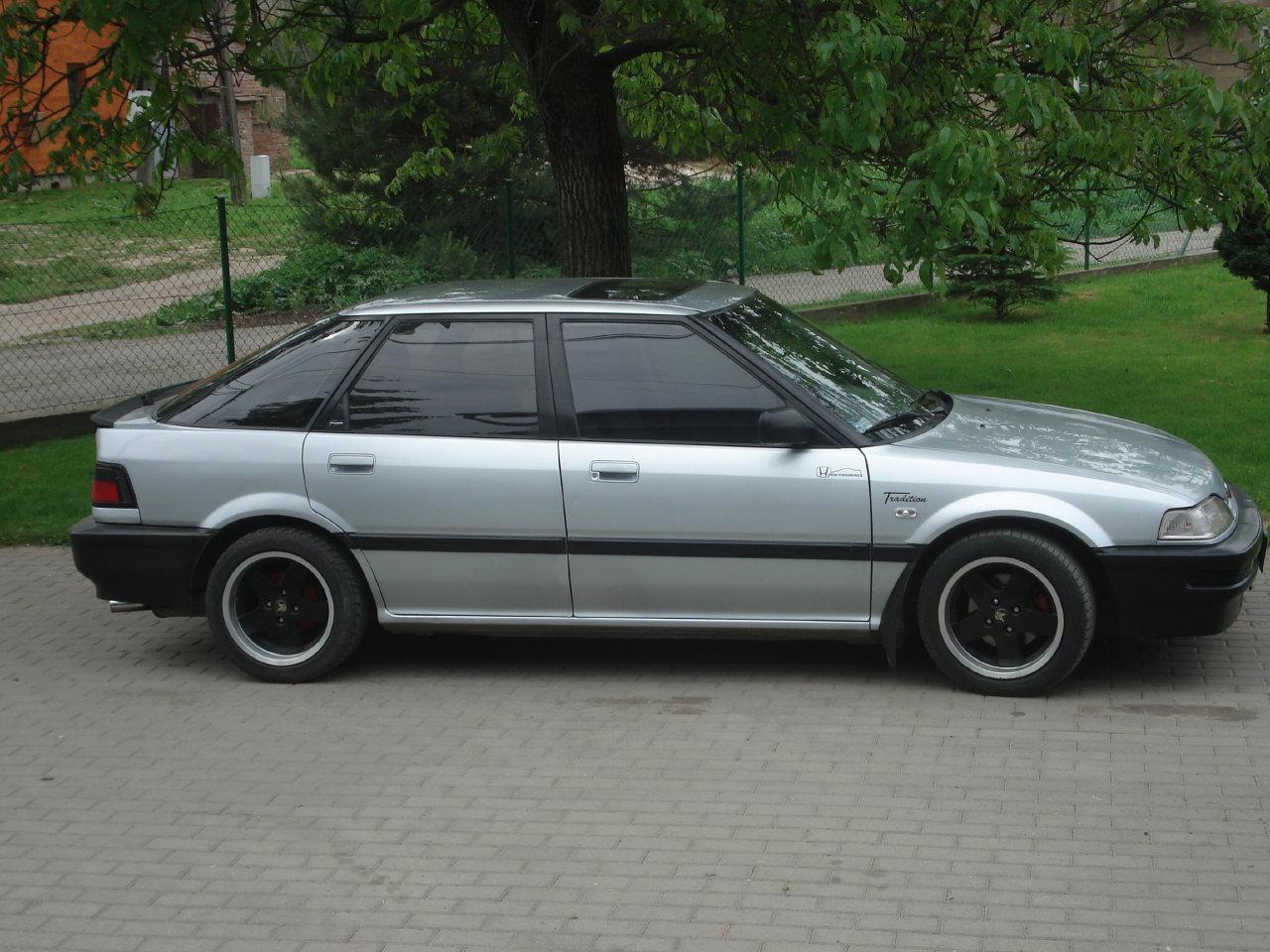 Honda Concerto, samochody z lat 90, zdjęcia, czarne felgi