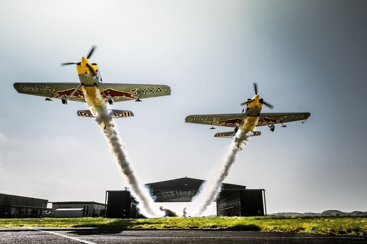 Espectacular pasada de dos aviones atravesando un hangar