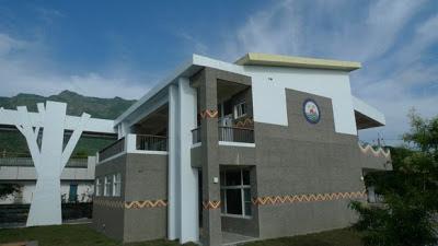 利用建築中間的廊道加速風的流動,也利用這些加寬的空間作為學生風雨時的活動場域。