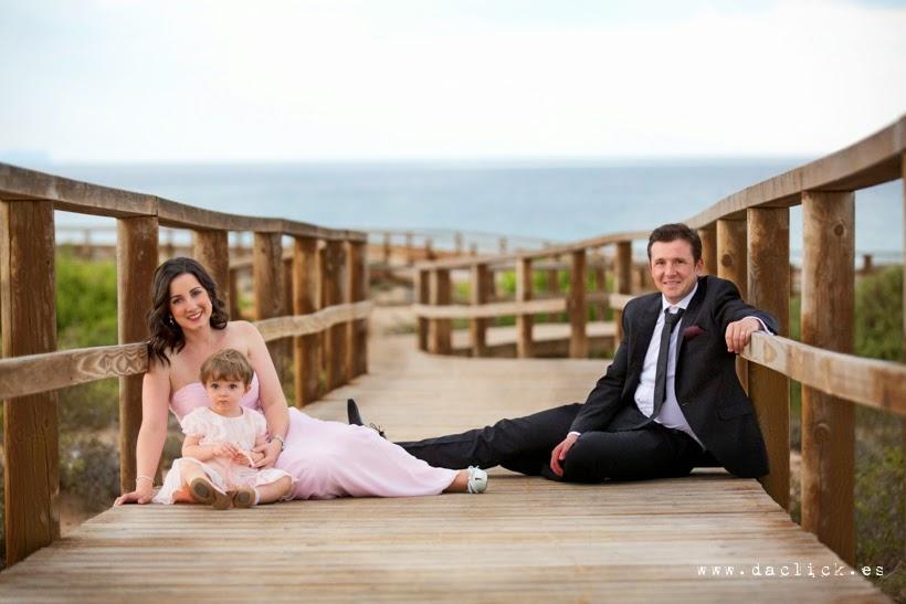familia en la pasarela de madera que va a la playa