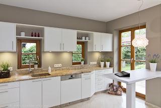 Landhausküche modernisieren mit modernen Haushaltsgeräten , neuem Dunstabzug, Innenauszügen, Apothekerschrank und neuen Fronten