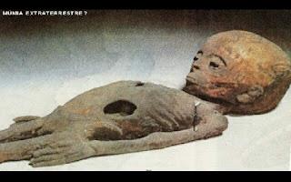 Um vídeo antigo revelado apenas recentemente mostra agentes da KGB, o famoso serviço secreto da extinta União Soviética fazendo uma expedição secreta ao Egito, no chamado Projeto Ísis, que tinha como missão encontrar o túmulo de um astronauta alienígena que veio para a Terra pouco tempo após o primeiro desenvolvimento da humanidade. Os agentes encontraram tumbas e detalhes de possíveis viajantes espaciais por lá. No início, os pesquisadores russos estavam céticos. Por dois anos, desde 1959, eles utilizaram radares para procurarem entradas secretas nas pirâmides. Mas foi só em 1951 que os chefes do serviço secreto começaram a descobrir a verdade. No início de 1961 eles descobriram uma entrada que os conduzia ao fundo da maior das Pirâmides de Gizé, onde localizaram uma tumba que havia escapado à vista de todos exploradores e o que eles viram por lá chocou a todos: uma múmia completamente fora dos padrões de embalsamento egípcio.