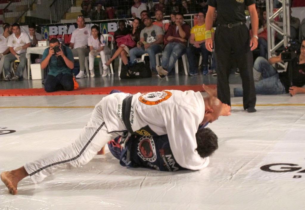 Delson Pé de Chumbo (Pitbull) impõe seu jogo contra Caio Almeida (Ryan Gracie Team) na luta mais esperada da Guerra Galáctica