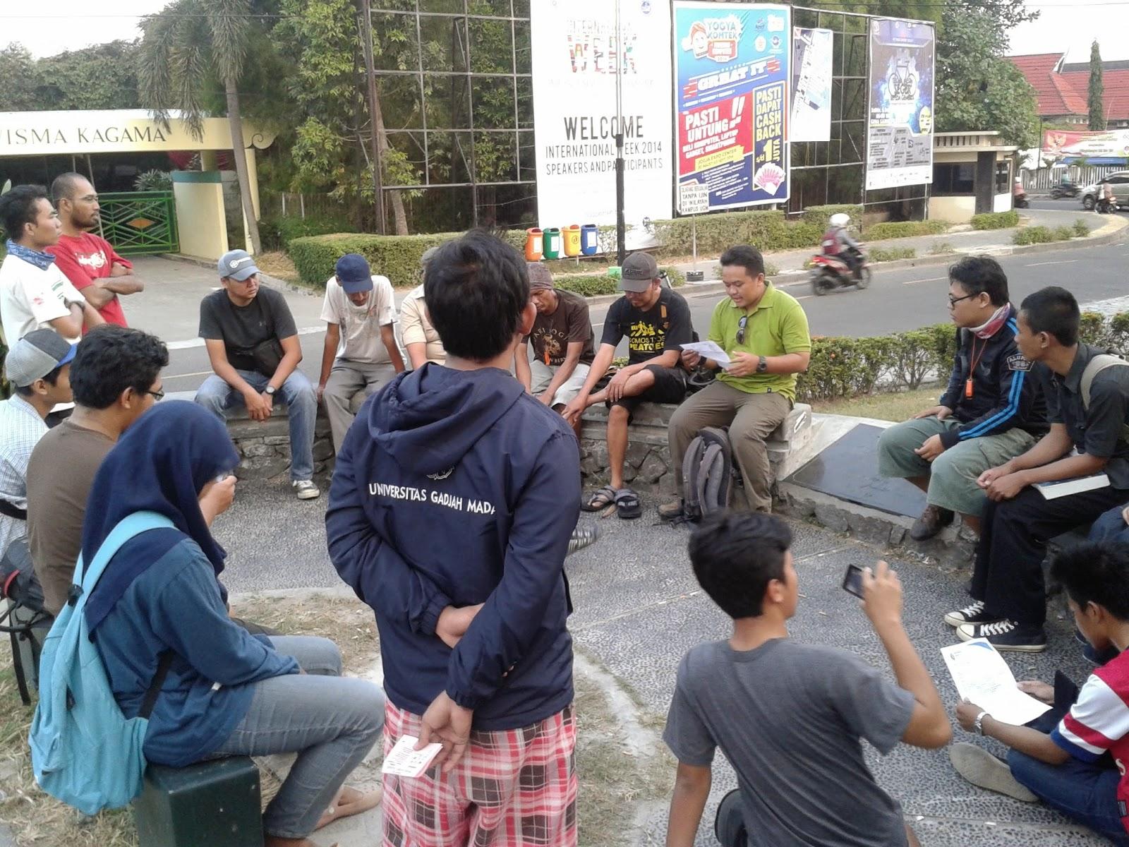 Kumpul dan berdiskusi santai dibunderan UGM