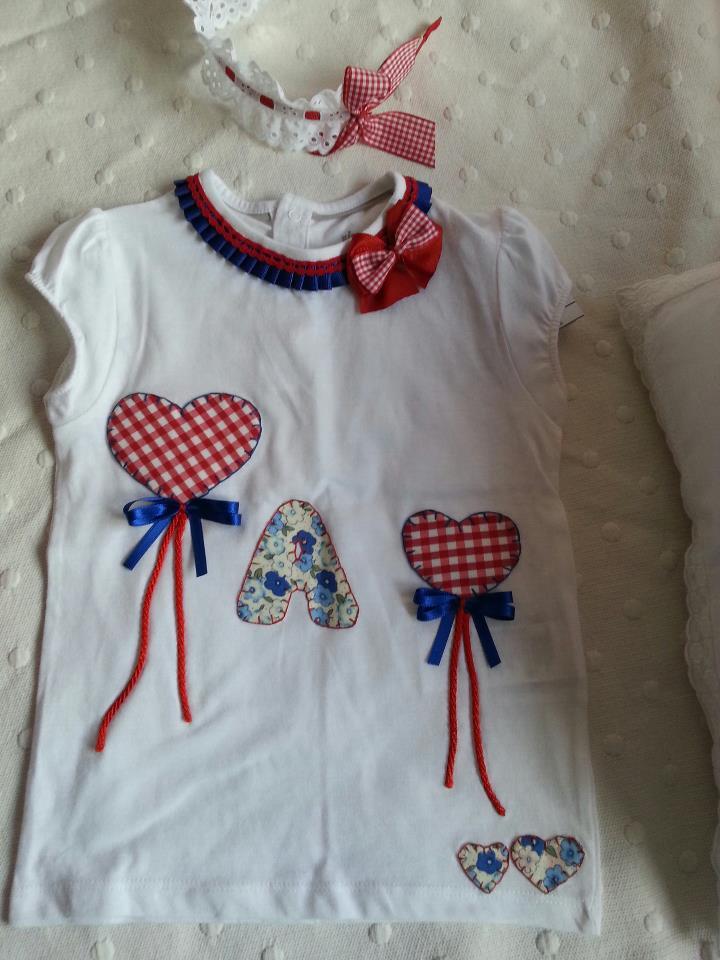 camiseta niña con globos de corazones e inicial