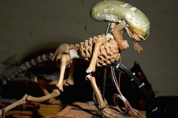 Alien animatrônico controlado por Arduino.