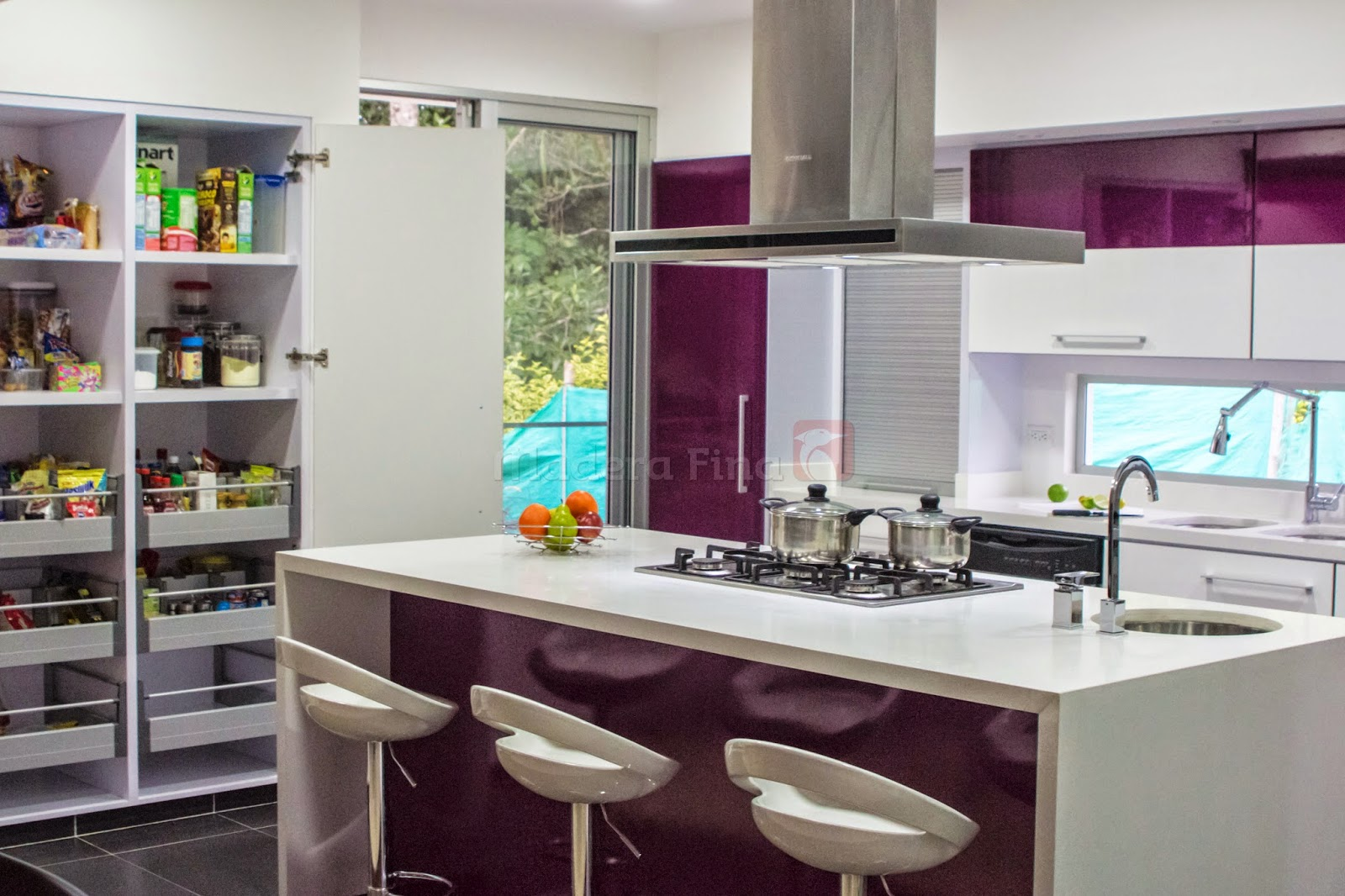 Cocina moderna en pereira morado y blanco cocinas for Cocinas espectaculares modernas