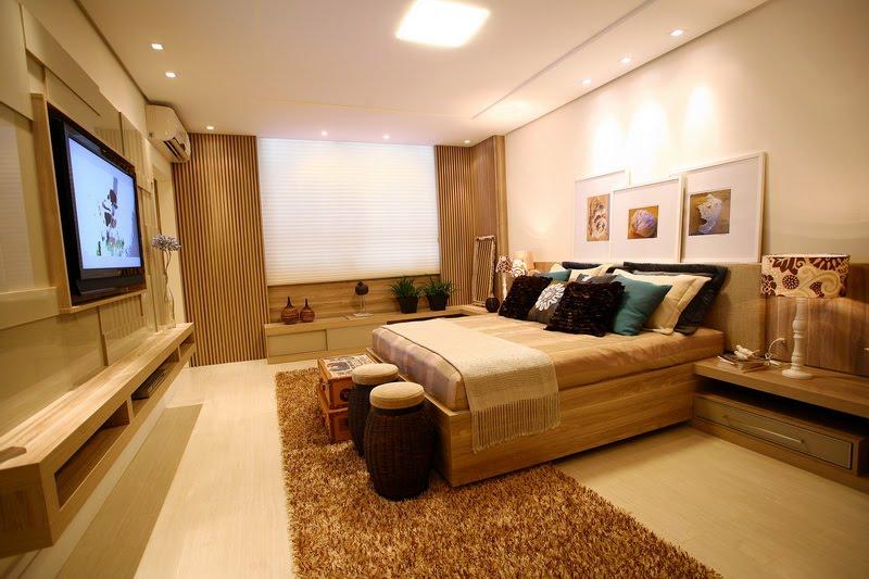 decoracao de interiores quartos casal:Cama com cabeceira horizontal de tecido e made ira, com quadros