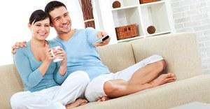 Pasangan muda menonton bersama di ruang kamar