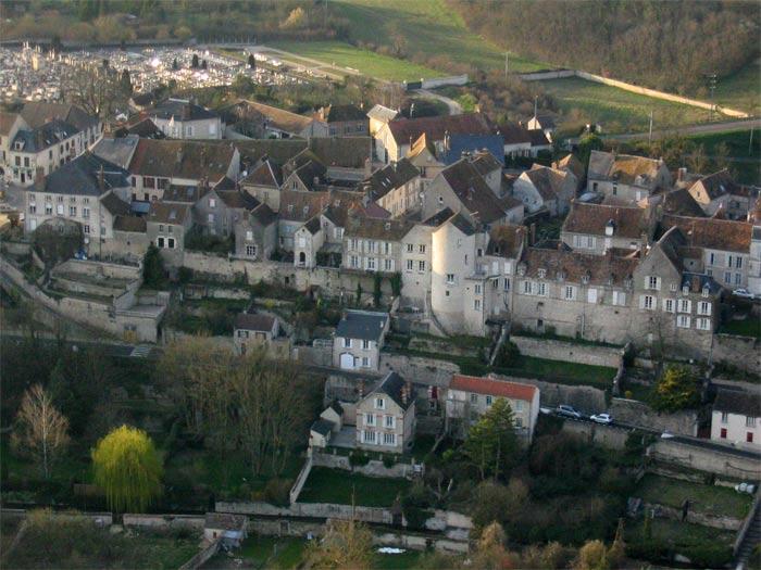 Les ch teaux royaux seigneuriaux et les villes royales for Chateau landon piscine