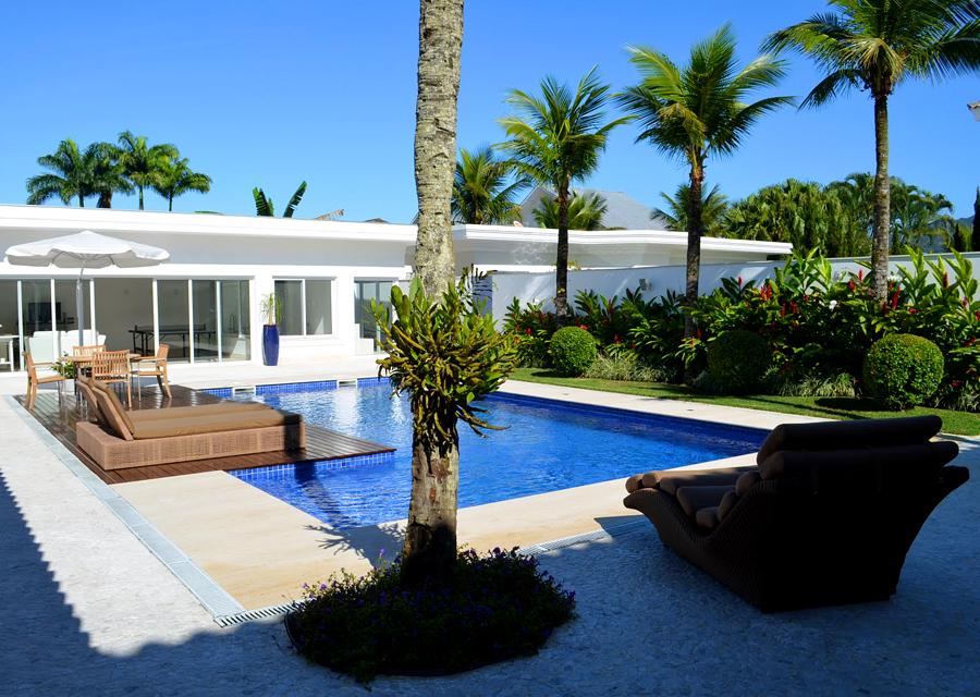 Fotos de casas com piscina e jardim imagens e fotos - Fotos de piscina ...