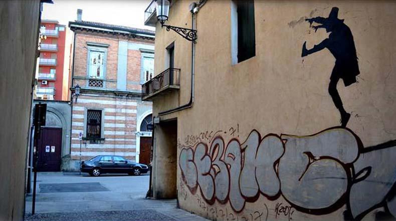 Traviesa silueta juga en las calles de Padua