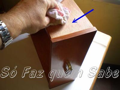 Passando cera nas faces laterais externas da gaveta.