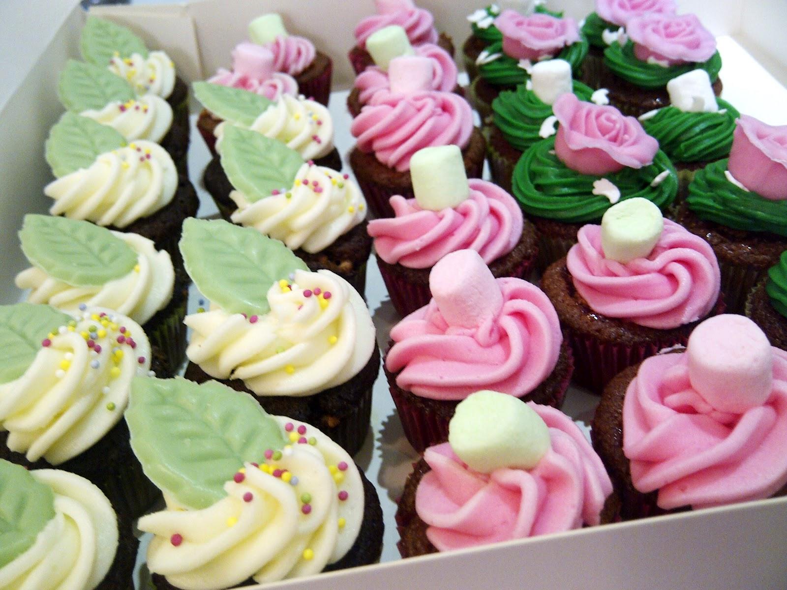 cupcakes differentes saveur avec décoration feuille verte