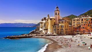 Camogli en la costa de Liguria en Italia