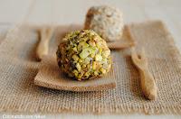 Bolitas de crema de queso rebozadas con pistachos y corazón de uva