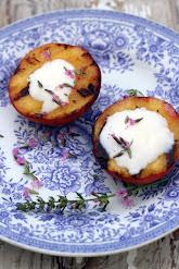 Grillatut persikat ja iisoppisiirappi