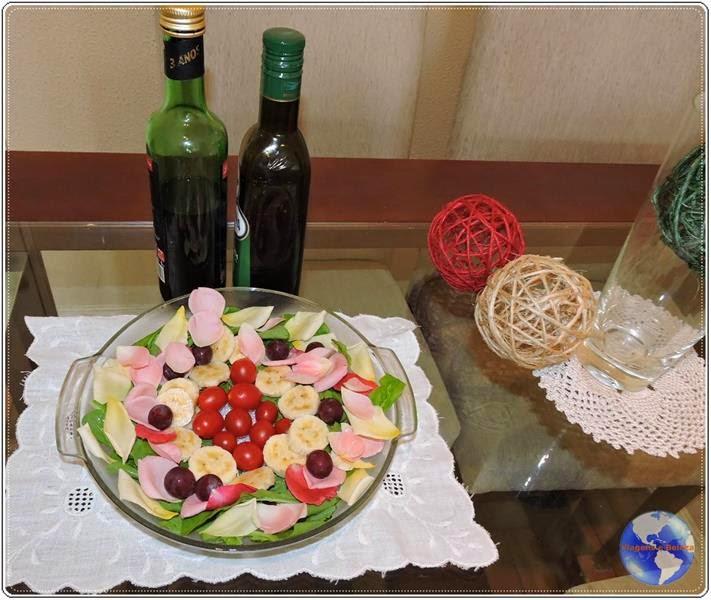 receita de salada de verduras, frutas e pétalas de rosas