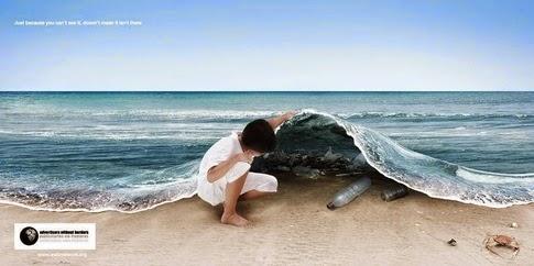 Foto de una niña que levanta el mar como una alfombra y descubre las botellas de plástico y la suciedad que hay debajo