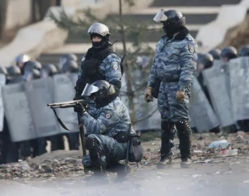 Обе стороны уже давно начали стрелять друг в друга. Полиция стреляет резиновыми пулями.