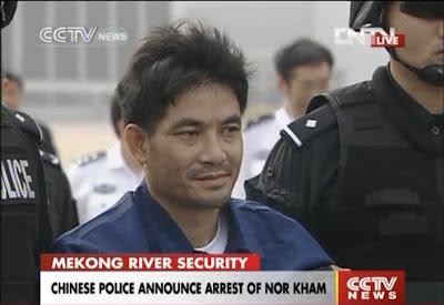 ေရႊႀတိဂံ မူးယစ္ရာဇာ စုိင္းေနာ္ခမ္းအား တရုတ္ျပည္သုိ႔ ပုိ႔ေဆာင္ – Laos sends accused drug lord to China over Mekong killings