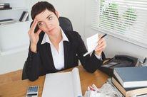 mulher trabalhadora preocupada