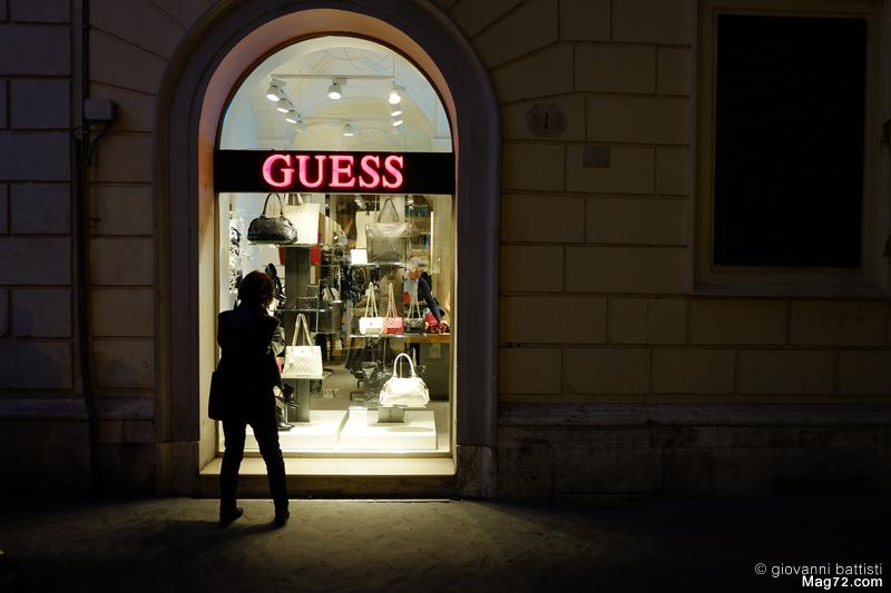 Fotografia di una vetrina, di notte