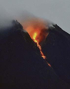 Gunung Berapi Karangetang di Sumatera Meletus