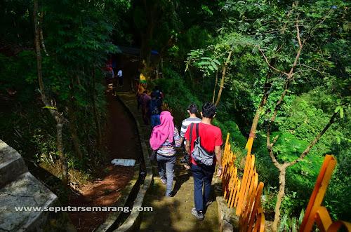 menyusuri anak tangga menuju air terjun