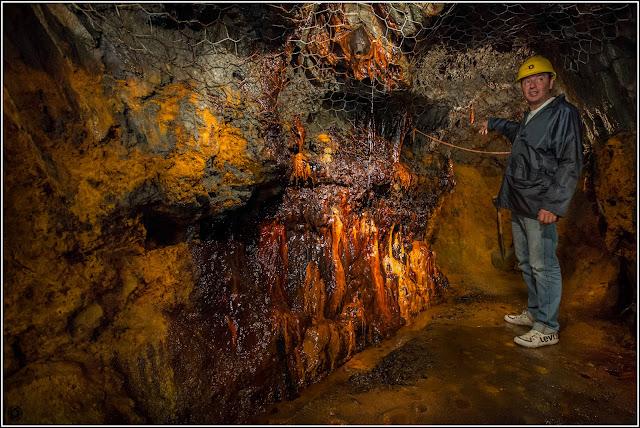 Mina de Ferro de Llorts, Andorra: Guía mostrando el mineral de hierro y estalactita ferrosa