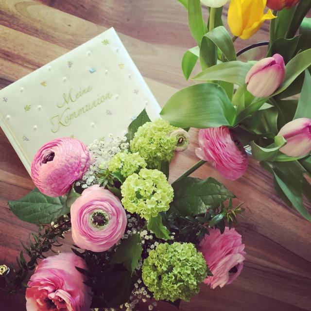 Bild von Blumen und Kommunionsalbum