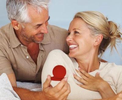 هل فارق السن بين الزوجين يؤدى الى الخيانة الزوجية - رجل كبير وامرأة صغيرة - يقدم هدية - old man and young woman girl - give gift present