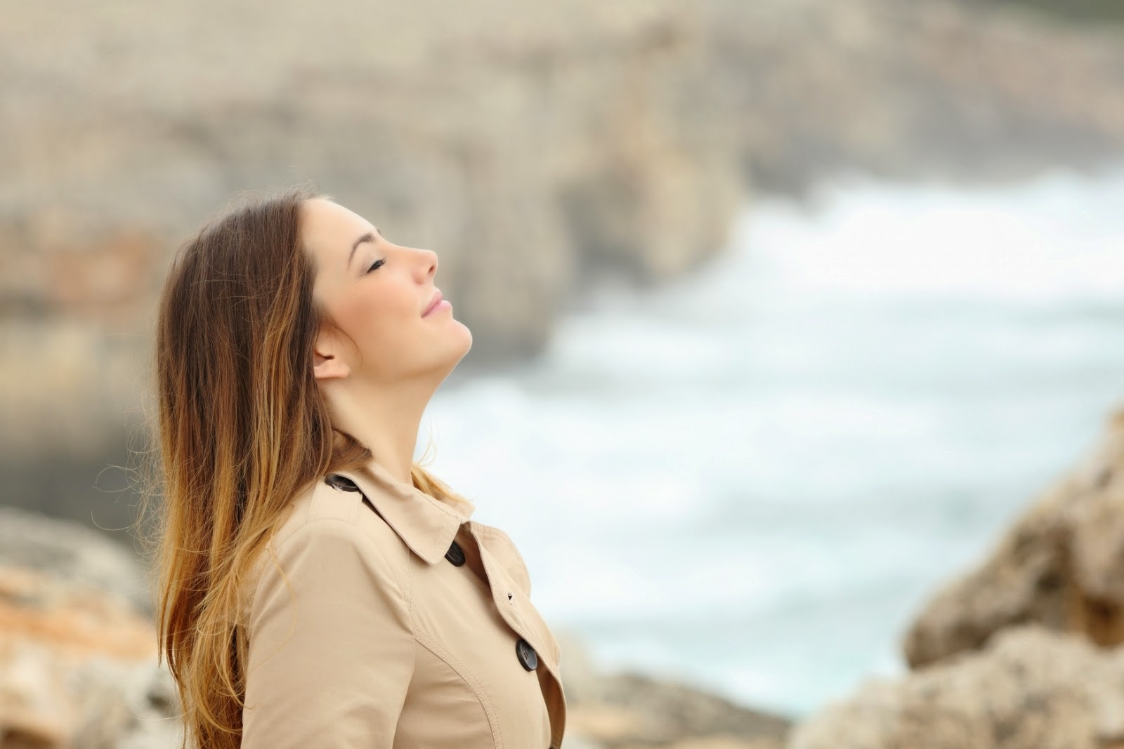 Mulher respirando feliz