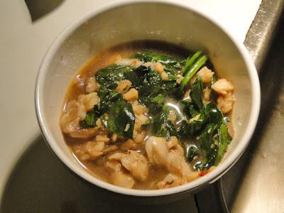 Kabeljauw, gepocheerd in bouillon, nu met roergebakken spinazie erbij