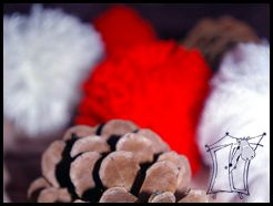 Dekoracje świąteczne z szyszek i pomponów