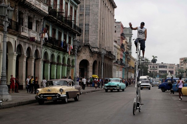 Felix Guirola, Felix Guirola's super-tall bike, super-tall bike, Cuban Giant Bicycle, super tall bike in Havana, world tallest Bicycle, Cuban super-tall bike, Cuban super-tall Bicycle, 2012 tallest Bicycle in the world, super-tall Bicycle picture, super-tall Bicycle photo, super-tall Bicycle images, super-tall Bicycle cycling video, giant bicycles prices, giant bicycles 2012