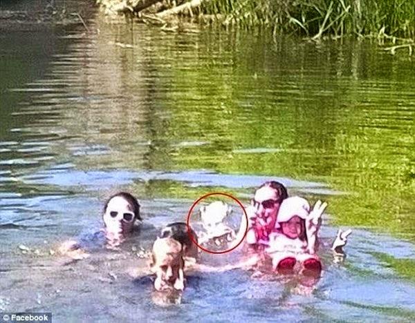 Dành cho ai không tin có quỷ: Ám ảnh với bức hình rùng rợn ma dưới hồ