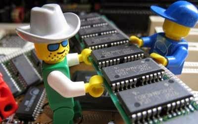 Dos muñecos de playmovil portando microchips de ordenadores en relación al nuevo programa como joven empresa innovadora