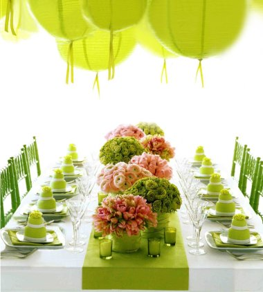 Using a variety of different flowers adds texture to a table setting