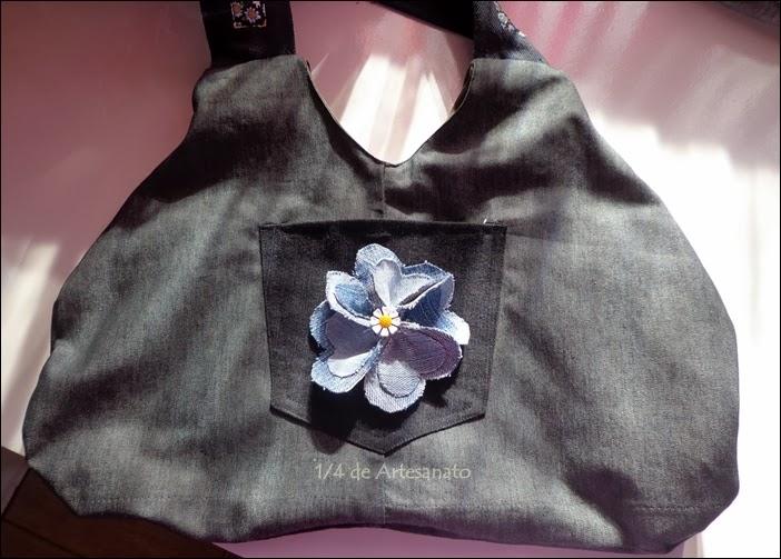 Bolsa com jeans reciclado e uma flor aplicada feita com jeans