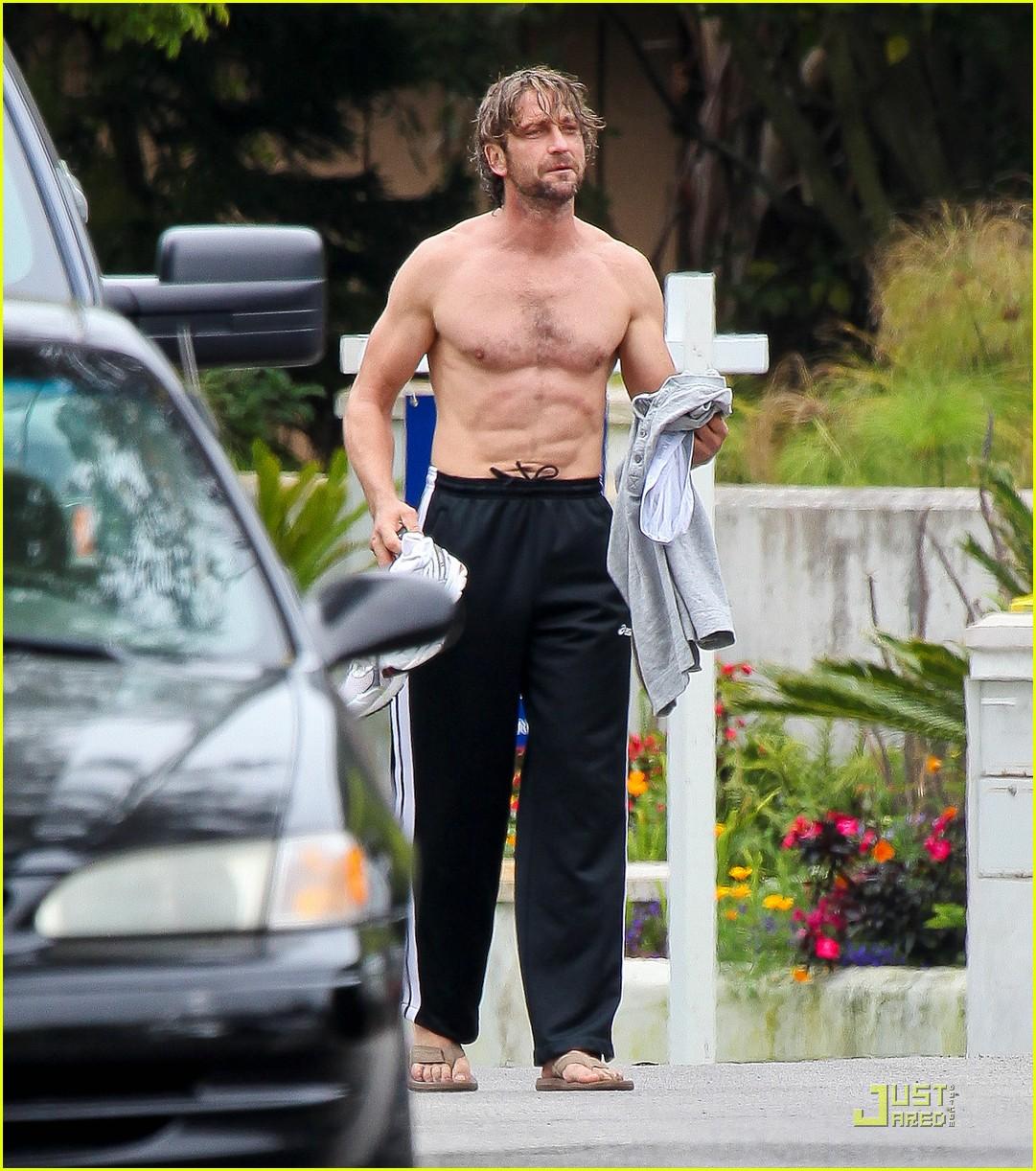 http://1.bp.blogspot.com/-l9GGVq7_abQ/TiOAXowOO7I/AAAAAAAABaE/rypoLy8FpQc/s1600/gerard-butler-shirtless-surfer-in-malibu-01.jpg