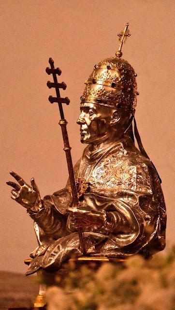 São Gregório VII, restaurou e elevou a um píncaro  a respeitabilidade do Papado abalada por pontífices venais.  Busto de ouro e prata na catedral de Salerno, Itália.
