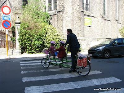 mama cu fetite pe bicicleta