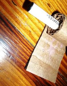 kertas kardus di gulung dengan pensil